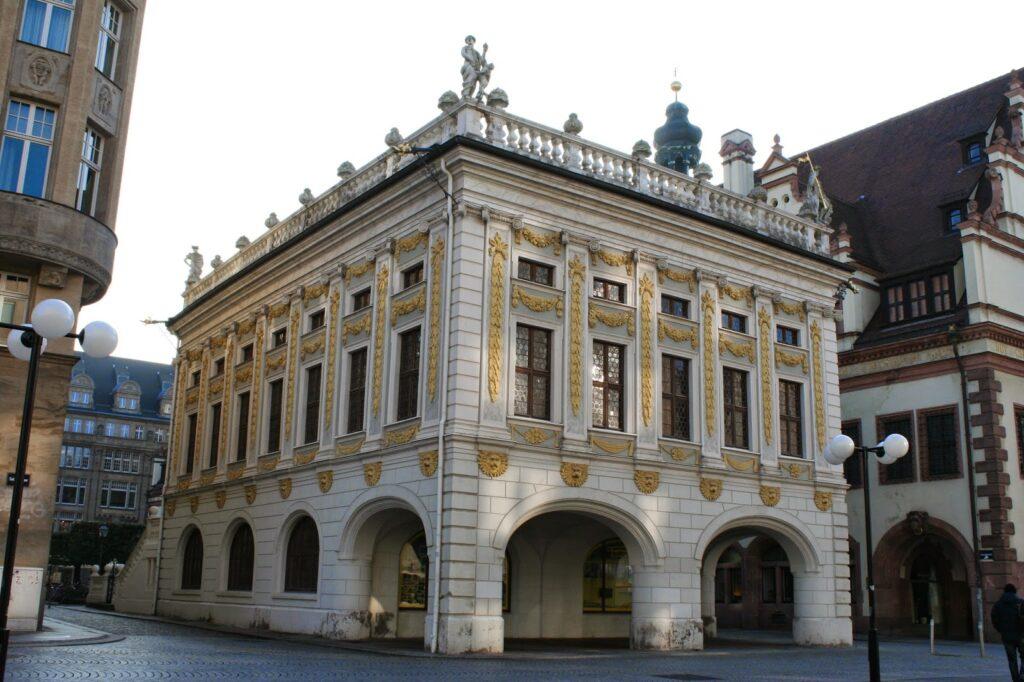 Alte Handelsbörse am Leipziger Naschmarkt von hinten - rechts das Alte Rathaus