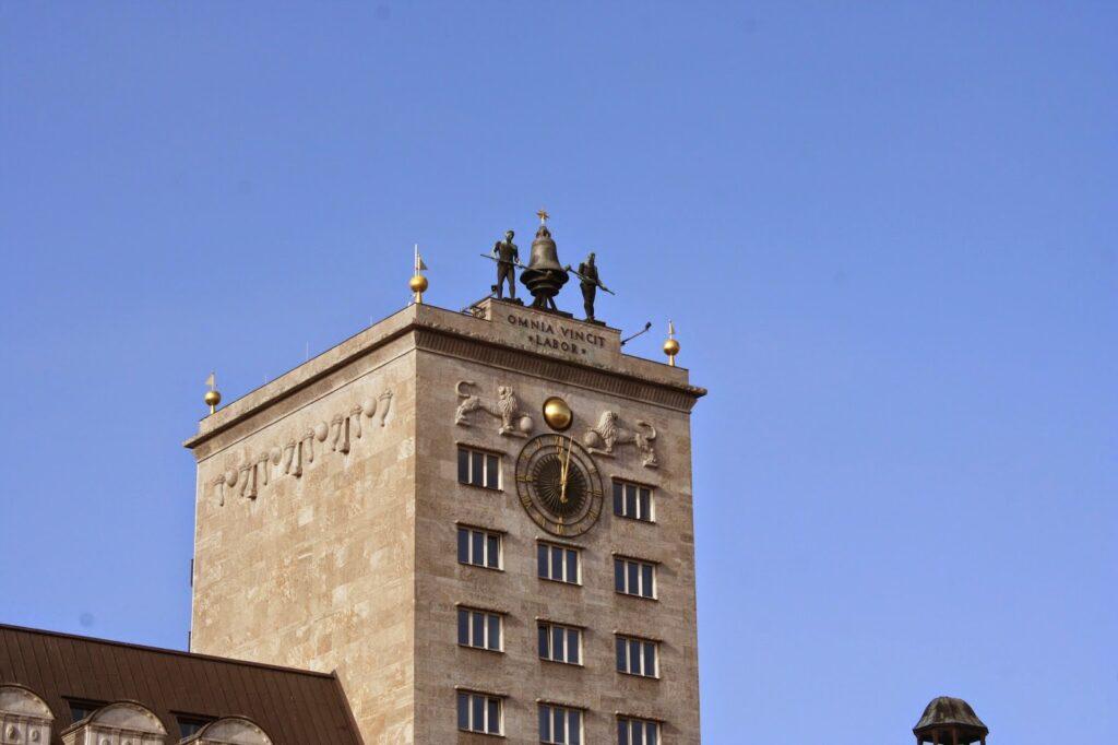 Krochhochhaus Augustusplatz - Turm mit den zwei 3,30 Meter hohen Glockenmännern