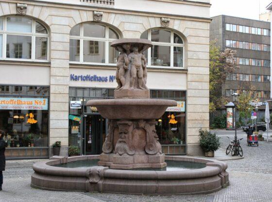 """Max Lange gestaltete den Lipsia-Brunnen - der ursprüngliche Name war """"Puttenbrunnen"""", abgeleitet von den Engelsfiguren - erbaut wurde er 1913"""