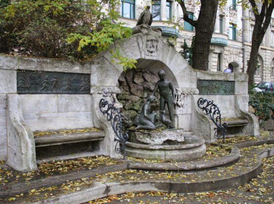Märchenbrunnen mit Grotte und Ruhebänken
