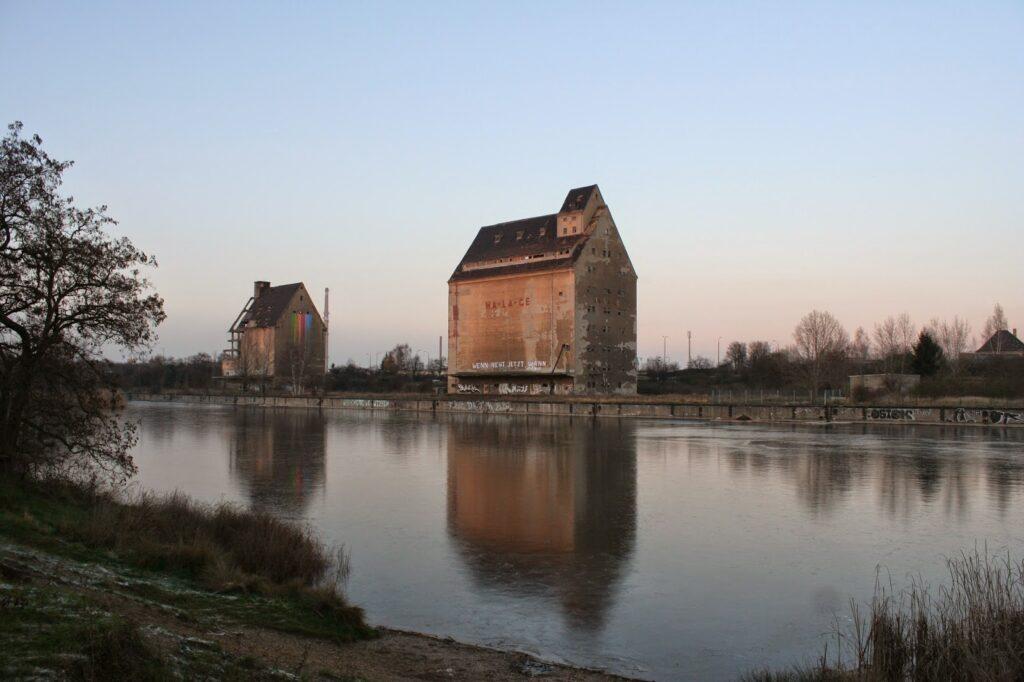 Der Lindenauer Hafen am gleichnamigen Stadtteil Lindenau sollte damals als Endpunkt des Elster-Saale-Kanals dienen - der Bau des Hafenbeckens begann 1938 - 1943 wurden die Baumaßnahmen jedoch wieder eingestellt