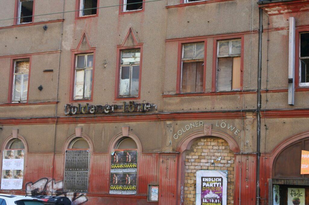 """Hier noch die alte Aufschrift """"Göldener Löwe"""" am Gebäude"""