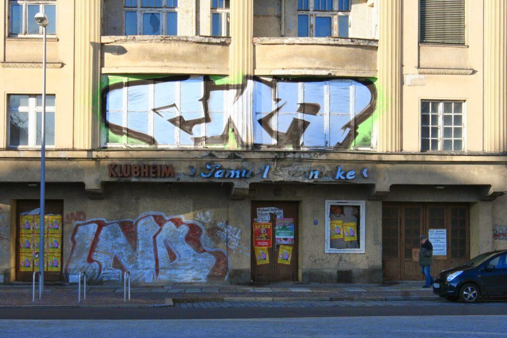 """Hier noch die alte teilweise erhaltene Aufschrift """"Klubheim Samuel Heinicke"""" am Huygenplatz stehenden Gebäude"""