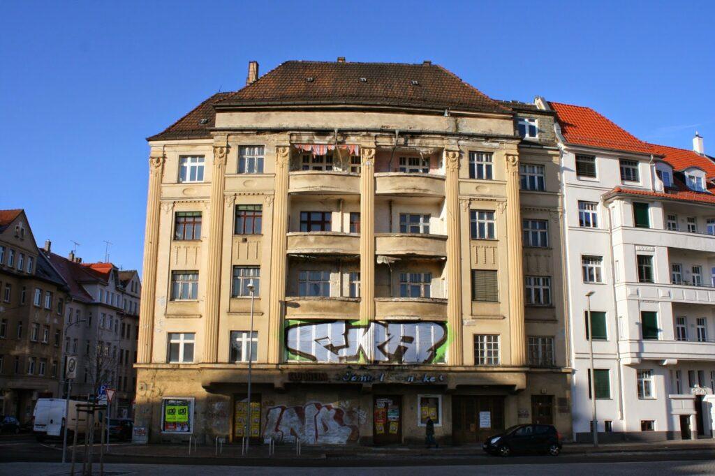 """Das Gebäude in der Huygenstraße 1 / Ecke Georg-Schumann-Straße im Stadtteil Möckern wurde gegen 1911 erbaut - von September 1912 bis 1964 beherbergte das Gebäude ein Kino - später das Klubhaus des Gehörlosenzentrums """"Samuel Heinicke"""""""
