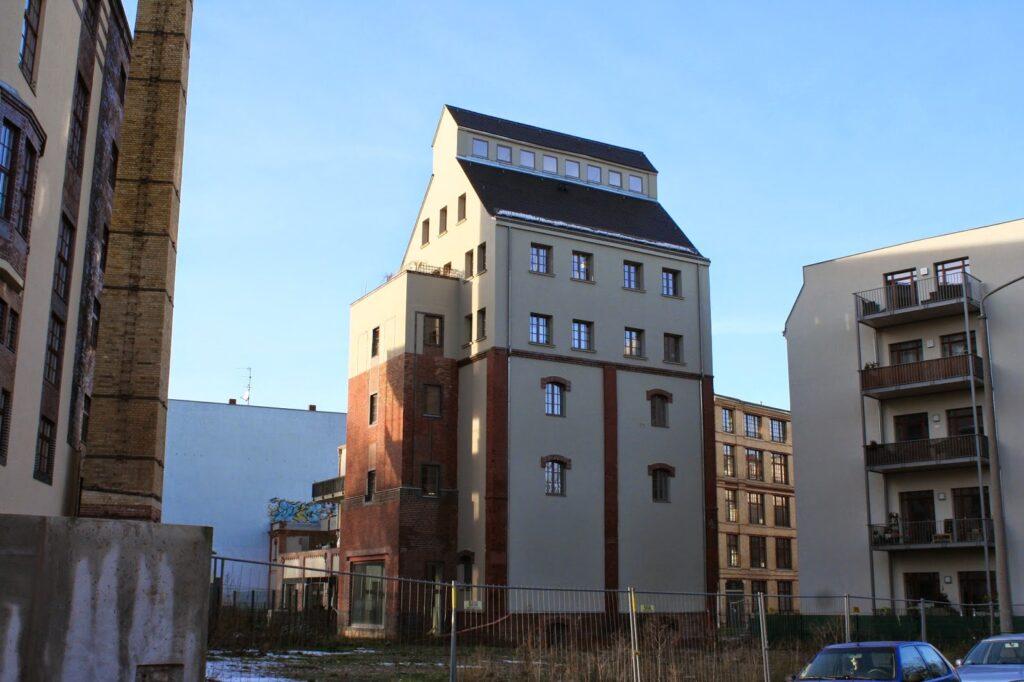Hier die Gebäude (seit 1852 an dieser Stelle) der ehemaligen Familienbrauerei Ernst Bauer am Täubchenweg - durch das Leipziger Lebensmittelamt wurde die Brauerei im August 2007 wegen hygienischer Mängel stillgelegt, danach ließ die Brauerei im Lohnbrauverfahren in einer Brauerei nahe Chemnitz weiterhin eigene Getränke herstellen - 2009 verstarb Hans Bauer
