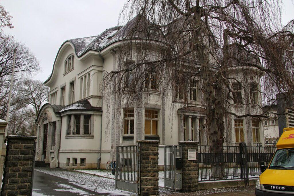 """Das Gebäude, in dem seit 1995 das """"Deutsche Literaturinstitut"""" beheimatet ist, nennt man die """"Villa Giesecke"""" - das Gebäude steht gleich neben der """"Villa Seemann"""" in der Wächterstraße und wurde in den Jahren 1907 und 1908 für den Druckereibesitzer Johannes Giesecke errichtet"""