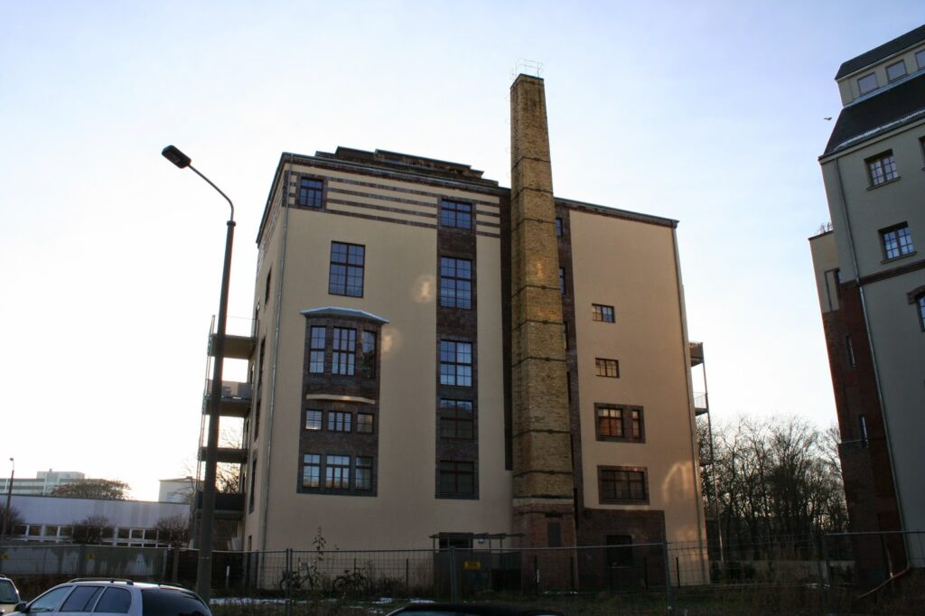 """Auch die alte Esse an den Gebäuden der damaligen """"Brauerei Ernst Bauer"""" ist noch erhalten - nach Sanierung sind Mietswohnungen aus den Gebäuden geworden"""