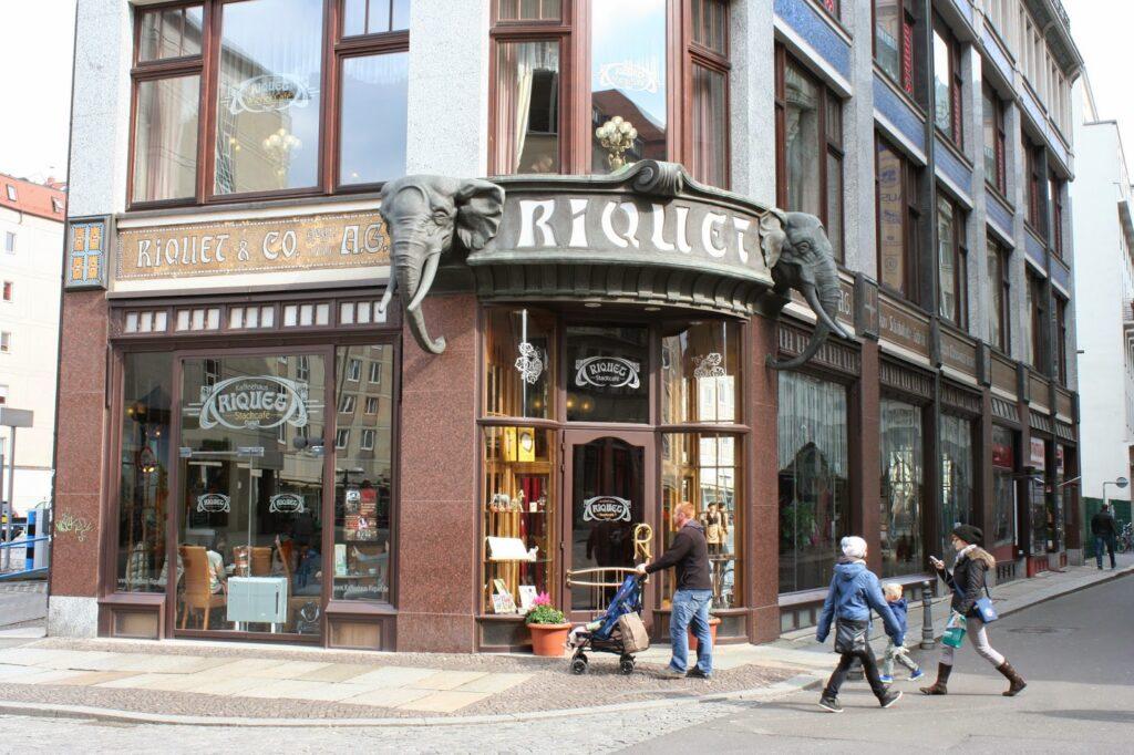 Die beiden Elefantenköpfe über dem jetzigen Eingang des Wiener- sowie Stadtcafes im Kaffeehaus Riquet waren die Markenzeichen der damaligen Firma
