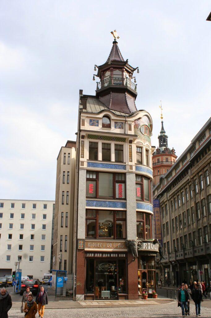"""Das Riquethaus in der Leipziger Innenstadt befindet sich visavis von Specks Hof - das Gebäude wurde 1808/1809 nach Plänen vom Architekten Paul Lange für die damalige Firma """"Riquet & Co."""" als Messe- und Geschäfthaus erbaut - Riquet & Co. handelte mit Tee, Kakao und Kaffee sowie anderen Dingen"""