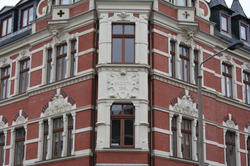 """Aufschrift am Gebäude """"Villa Augusta - 1891"""""""