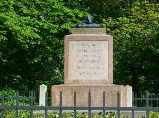 Napoleonstein mit Inschrift gleich neben dem Völkerschlachtdenkmal