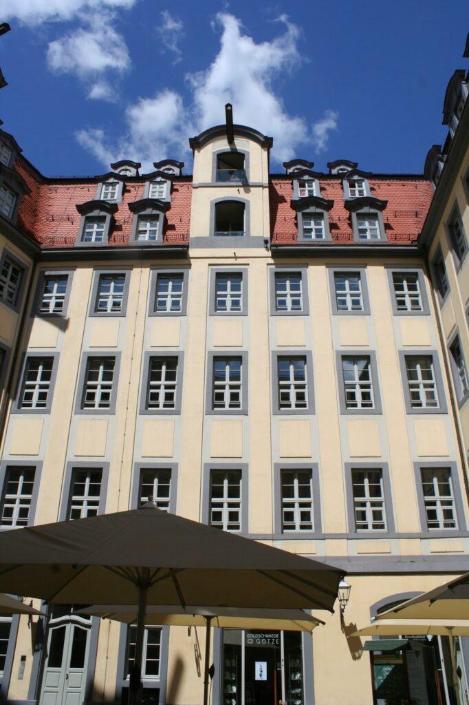 Gebäude mit noch vorhandenen Kranbalken im Hof