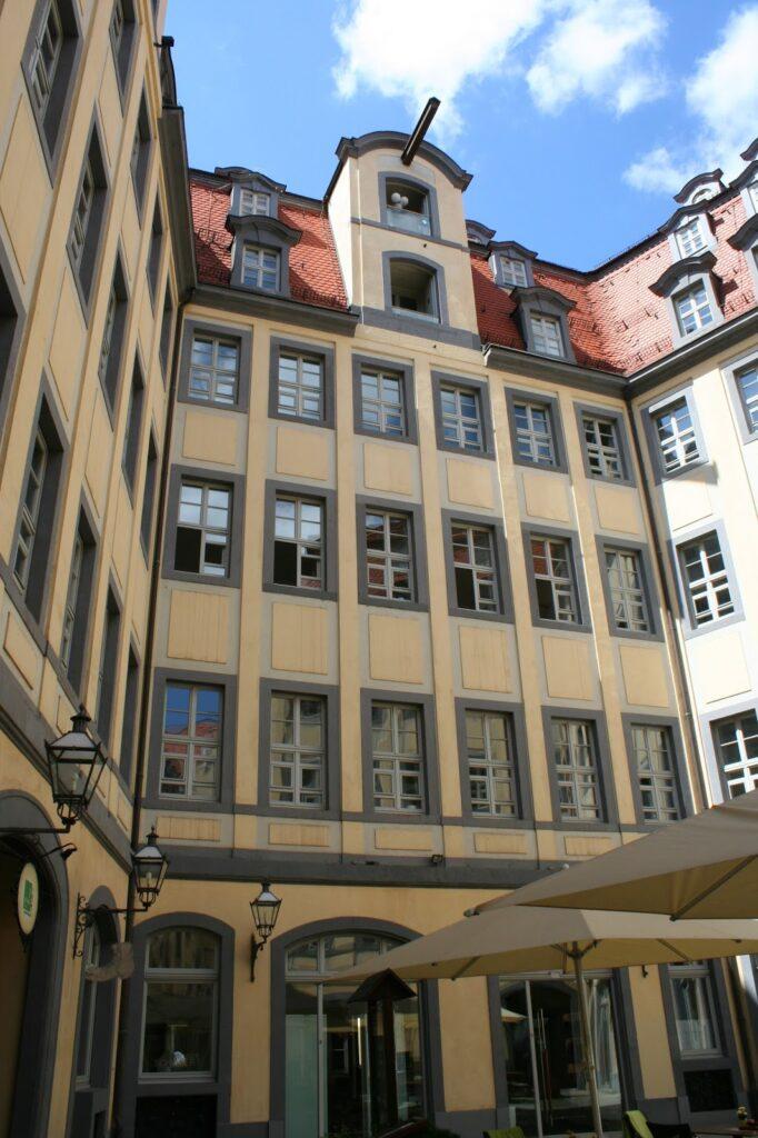 Gebäude im Hof mit Kranbalken, links Durchgang zur Fleischergasse