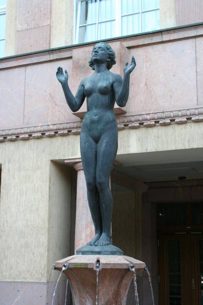 """Brunnenfigur """"Genesung"""" von Felix Pfeifer"""