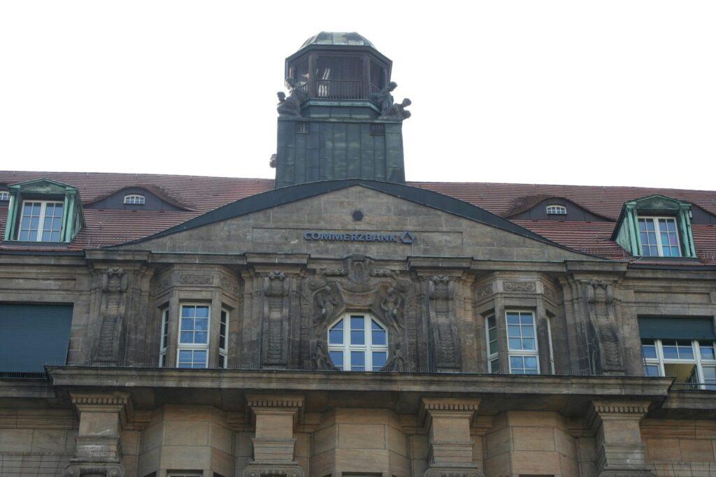 Dach des Geschäftshauses der damaligen Dresdner Bank - heute die Aufschrift Commerzbank