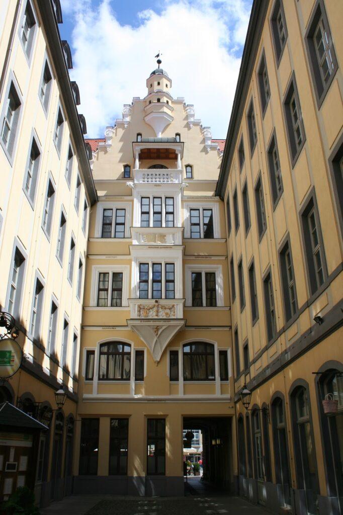 """Renaissancefassade des Hauses """"Zur Goldenen Schlange"""" mit Erker aus dem Jahre 1523"""