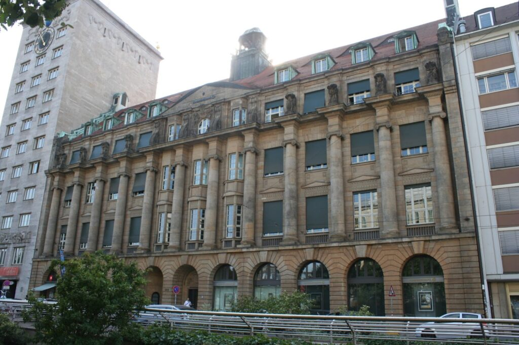 auch als Franz-Mehring-Haus bekannt, links daneben das Krochhochhaus