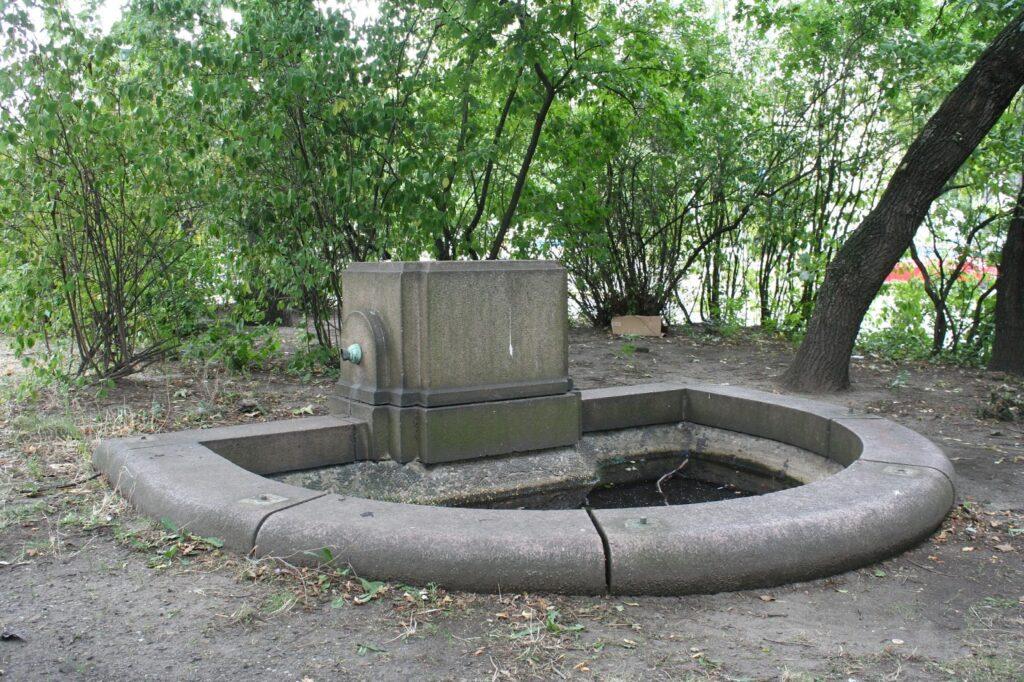 das leere Becken und der Sockel des Brunnens am Rabensteinplatz
