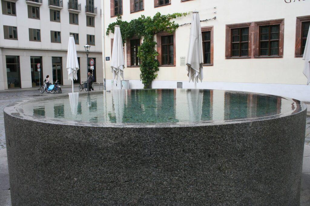 Brunnen aus Granit auf dem Nikolaikirchhof