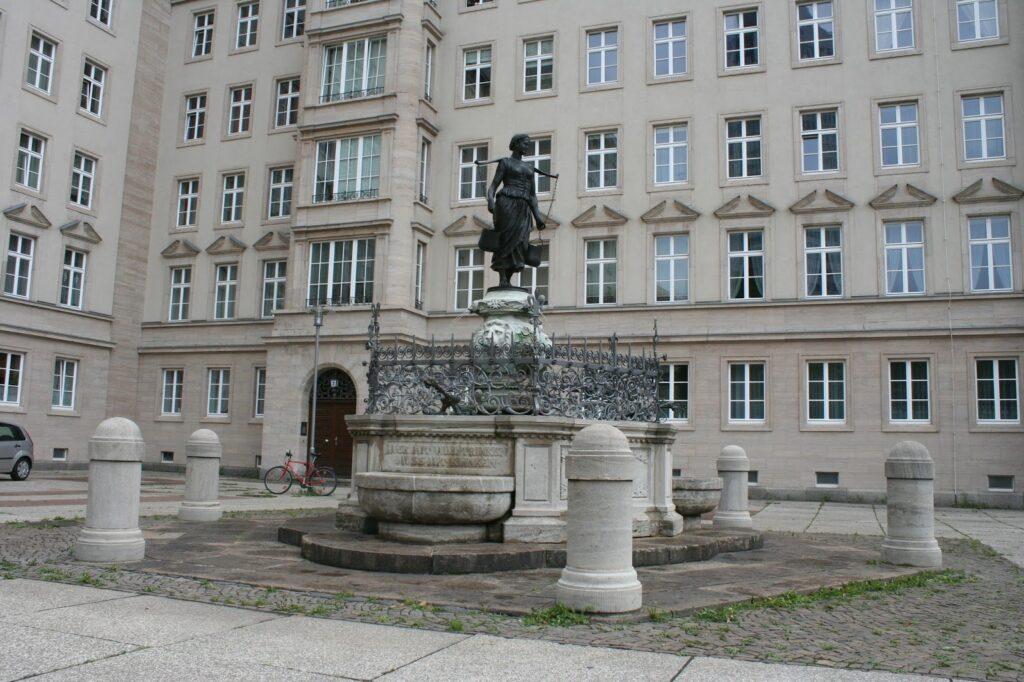 der Mägdebrunnen am Roßplatz