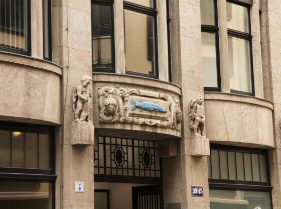"""Hauszeichen an der Passage """"Blauer Hecht"""""""