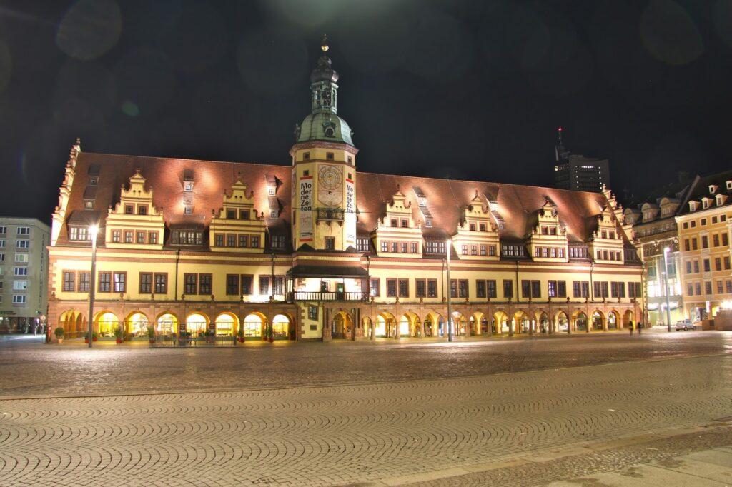 Altes Rathaus am Leipziger Marktplatz bei Nacht