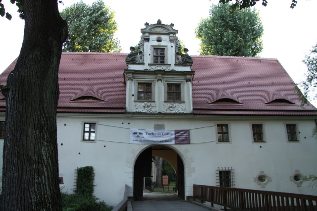 Hier das Torhaus Dölitz mit der Brücke über die Mühlpleiße