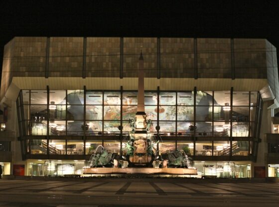 Gewandhaus Leipzig am Augustusplatz bei Nacht