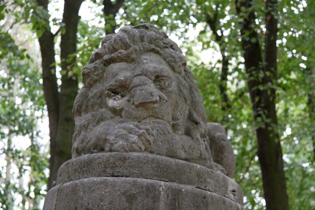 Löwe aus Stein auf dem Kriegerdenkmal im Park