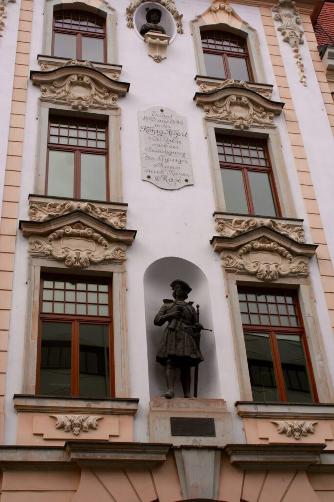 Städtisches Kaufhaus Fassade mit Bronzestatue des Kaisers Maximilian I.