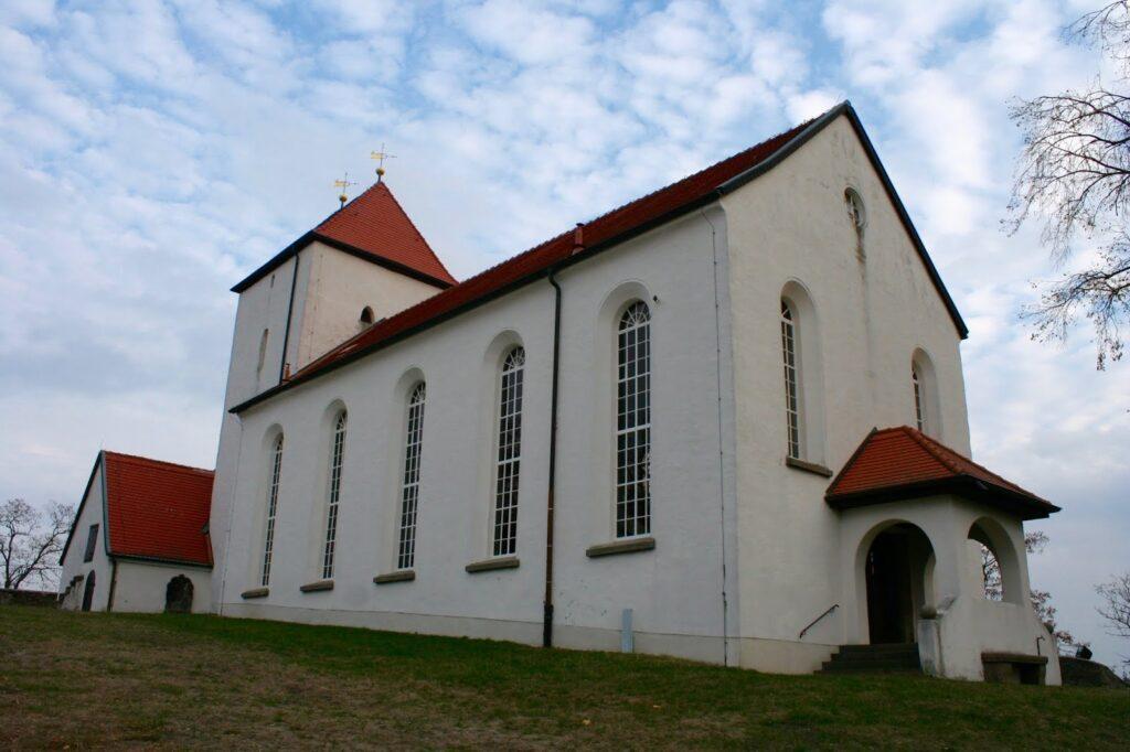 Wehrkirche auf dem Bergsporn in Brandis