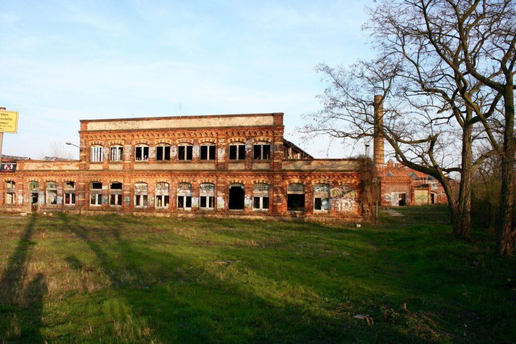die alten Hallen der VEB Texafol von der Lützner Strasse aus