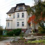 Rathaus mit Brunnen in Lützschena-Stahmeln