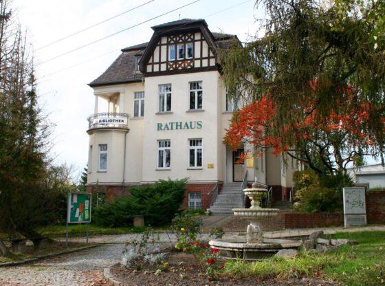 Rathaus mit Brunnen Lützschena-Stahmeln