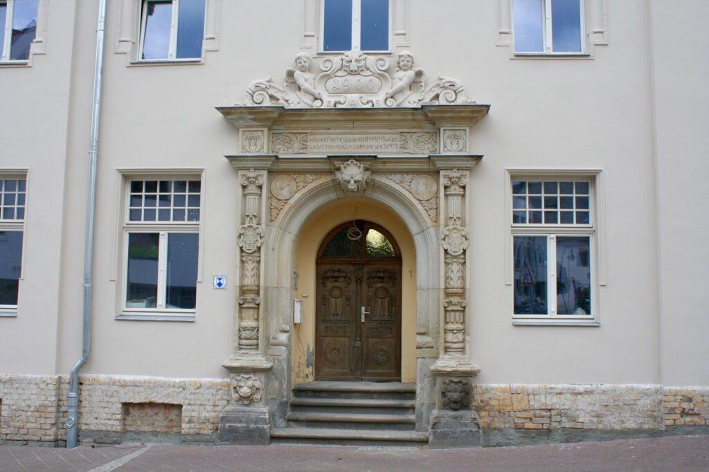Türportal am Haupteingang des Seidemannhaus in Taucha, darüber die Inschrift sowie Stuckelemente