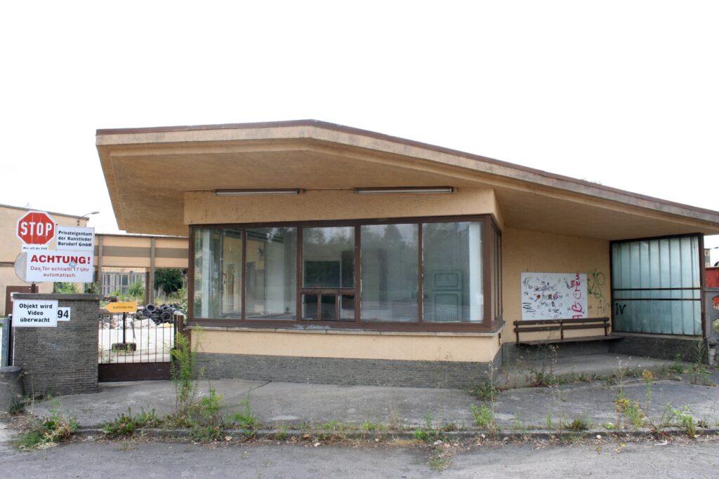 Eingang in das Gelände des VEB Kunstleder in Borsdorf, auch das alte Pförtnerhäuschen existiert noch