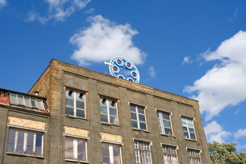 """Auch das Logo der alten """"Leipziger Werkzeugmaschinenfabrik AG vorm. W. v. Pittler"""", späteres VEB Drehmaschinenwerk"""" ist noch auf dem Dach erhalten"""
