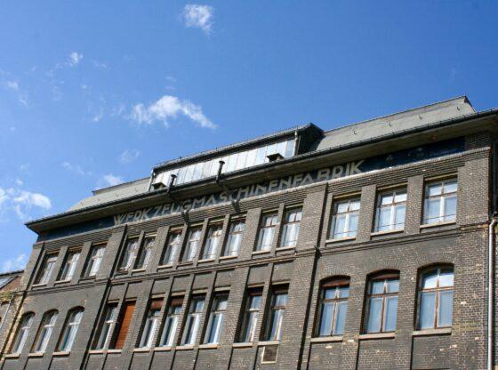 """Auch noch heute stehen die Industriehallen der Julius Wilhelm Pittler-Werke mit dem alten Schriftzug """"Werkzeugmaschinenfabrik"""" da"""