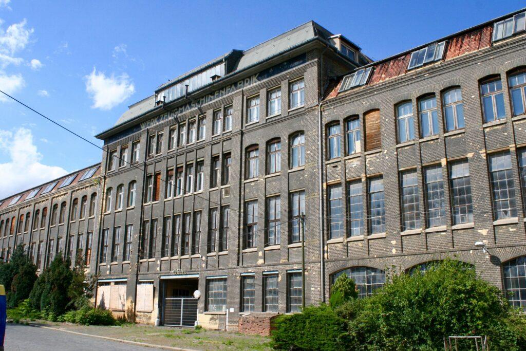 die Front der ehemaligen Pittlerwerke im Leipziger Stadtteil  Wahren