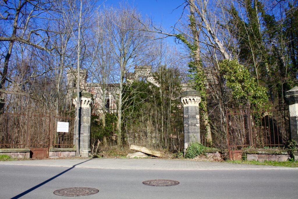 Eingang zum einst englisch angelegten Schlosspark in Thierbach