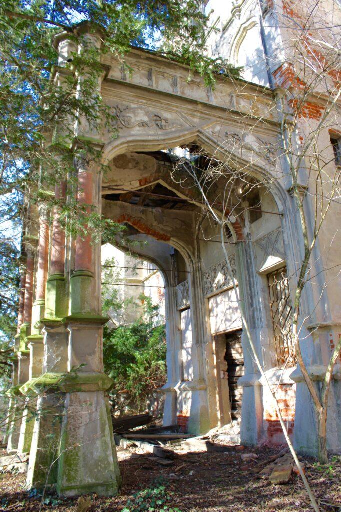 Eingangsportal zum ehemaligen Schloss in Thierbach, welches nur noch eine Ruine ist