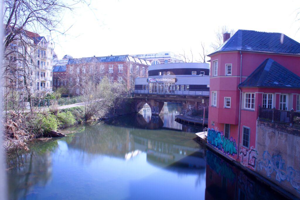 Riverboat am Leipziger Karl-Heine-Kanal in Planwitz - rechts daneben die Villa Rossa