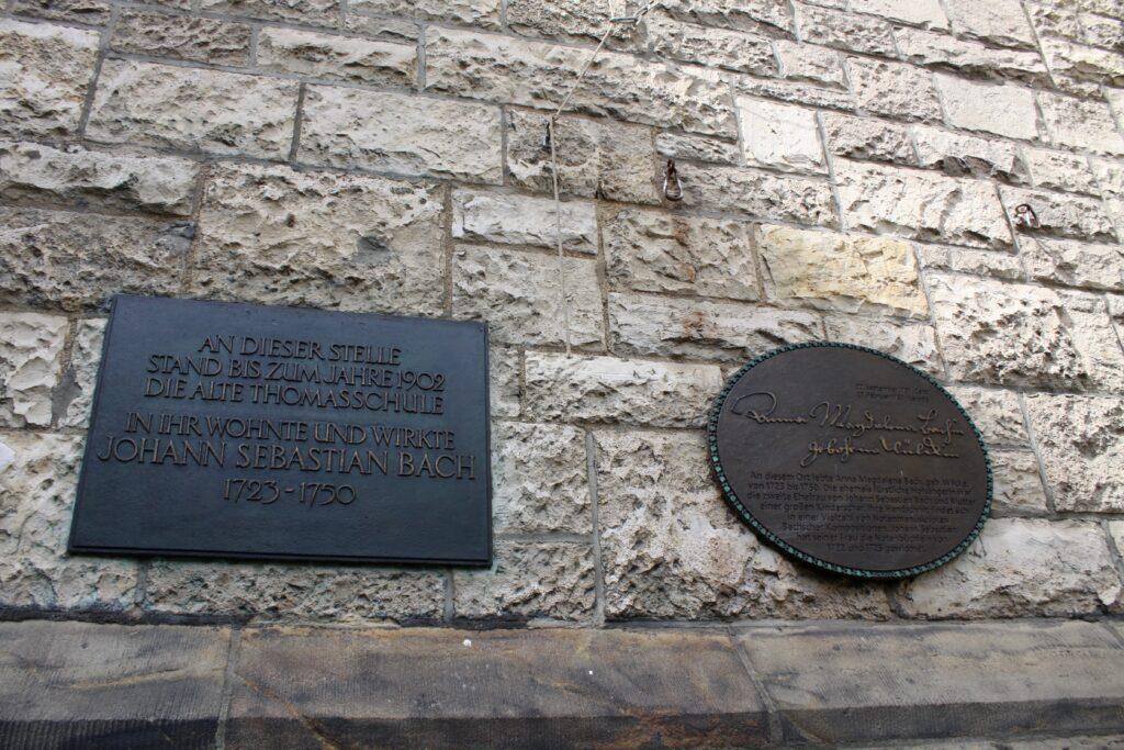 Informationstafeln zu Johann Sebastian Bach sowie Anna Magdalena Bach am Thomashaus
