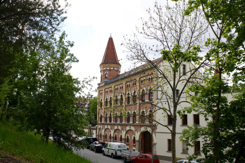 Blick von der Wahrener Gnadenkirche auf das Wellenwerk, welches um 1892 als dampfbetriebene Fellzurichterei errichtet wurde