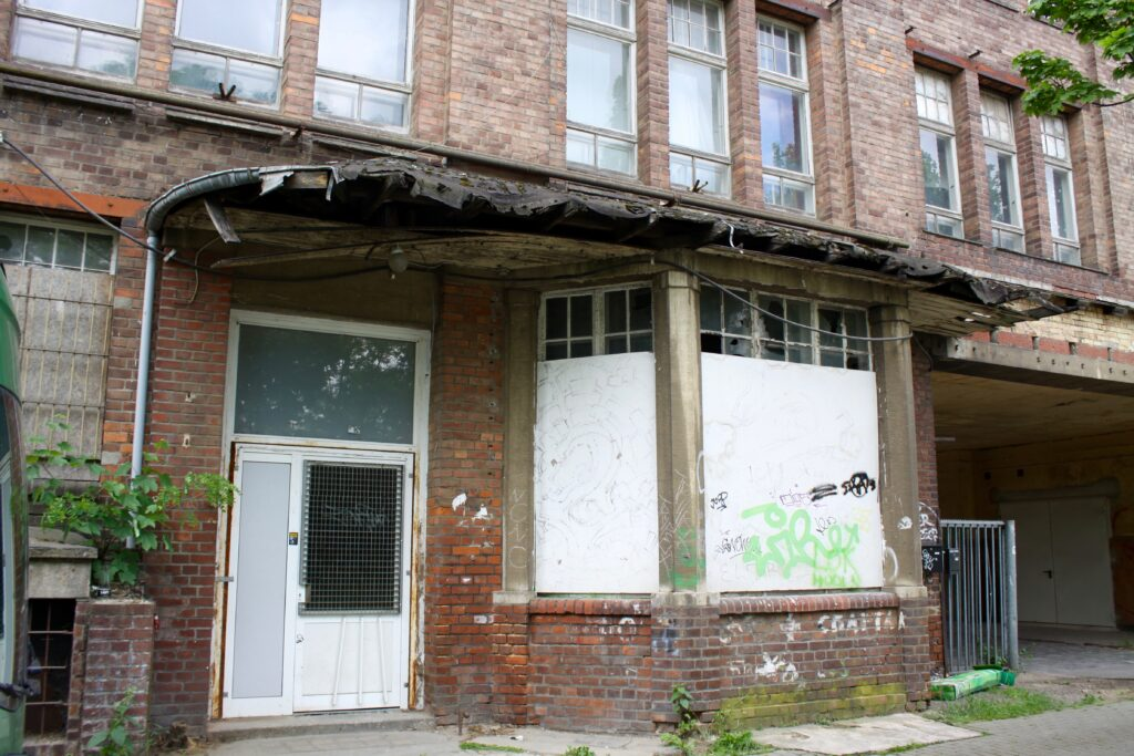 bröckelnde Substanz an den alten Klinkerbauten der Ernst-Meier-Strasse, die um 1913 für die Gießerei errichtet wurden