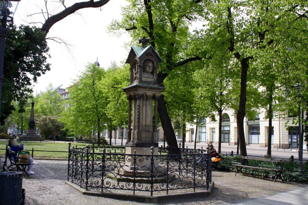 das Alte Bachdenkmal für den Thomaskantor und Komponisten Johann Sebastian Bach befindet sich gleich am Thomashaus