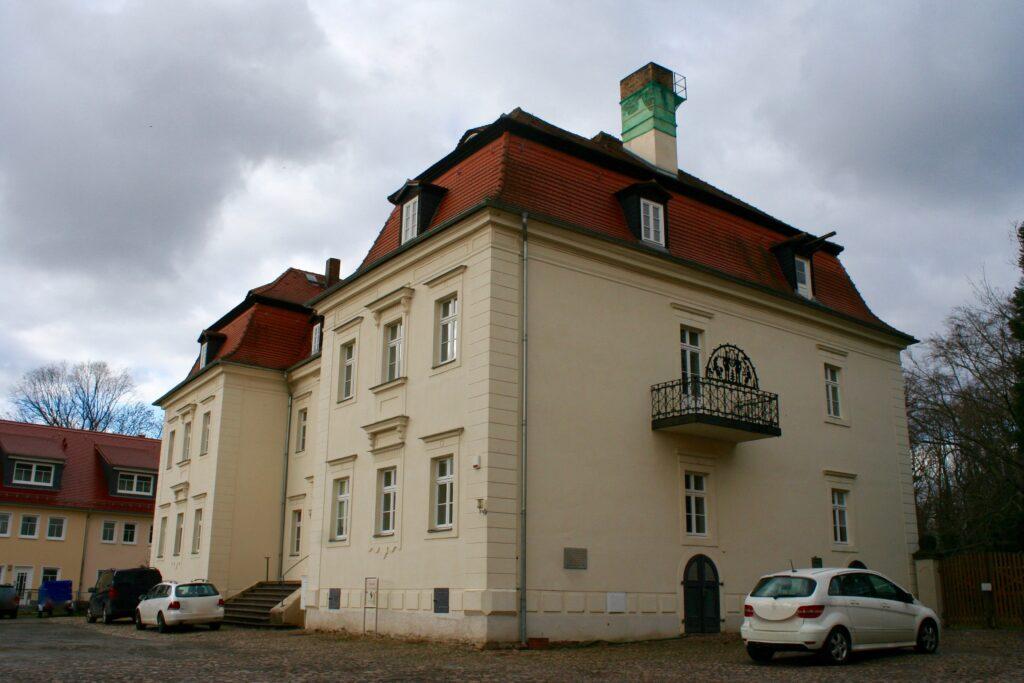 das Markkleeberger Schloss neben dem historischen Torhaus auf dem einstigen Rittergut