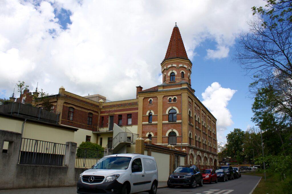 das um 1892 erbaut Gebäudeensemble mit den 2 markanten Türmen in der Claußbruchstrasse 5 bis 7