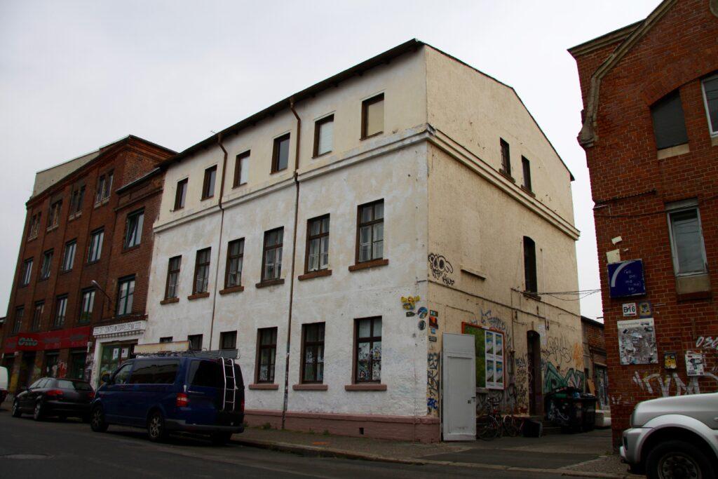die ehemaligen Fabrikhallen der damaligen Drahtstifte- und Drahtwarenfabrik Max Billhardt in Plagwitz - gut zu erkennen ist der Durchgang im 1.ten Obergeschoss