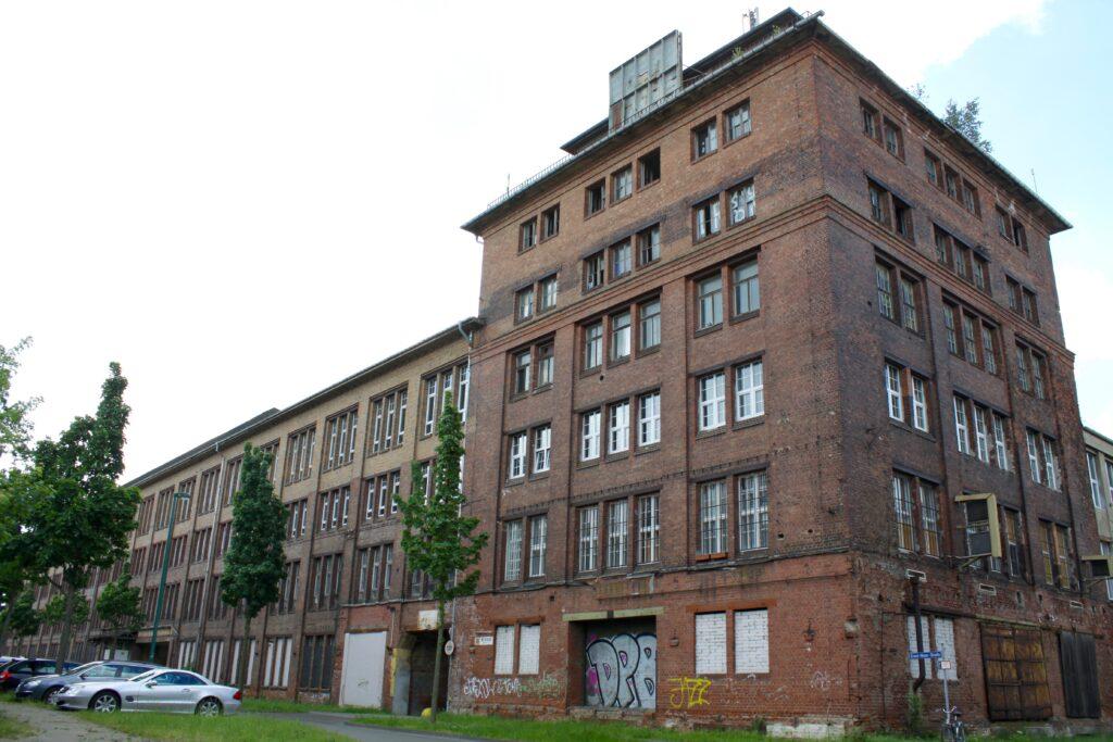 laut Wikipedia ist dies das Hauptgebäude und Feuerwehrgebäude der alten Fabrik und Giesserei